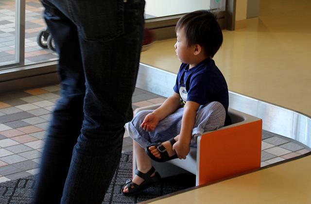 子どもの靴の脱ぎ履きを補助する椅子