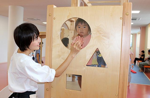 木製複合遊具・透明パネルで親子ふれあい